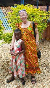 Elisabeth Cerwenka freut sich mit Mary über das Wiedersehen in Ghana. Foto: Cerwenka