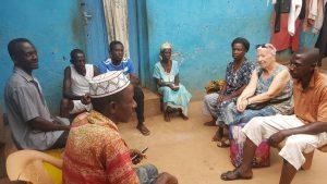 Besprechung mit Dorfbewohnern: Elisabeth Cerwenka klärt ab, welche Maßnahmen und Aktionen als nächstes zu erledigen sind. Foto: Cerwenka