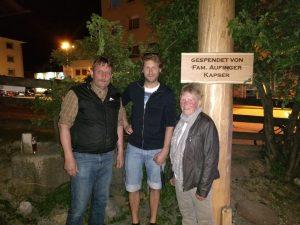 GR Dr. Andreas Taxacher bedankte sich bei den Maibaum-Spendern Georg und Anni Aufinger vom Kapser-Bauern in Wörgl. Foto: Stefan Schwarzmann