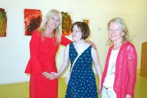 Bei der Vernissage v.l. Silvia Happacher, Christiane Gwiggner und Maltherapeutin Eilsabeth Djukic. Foto: Tagungshaus Wörgl