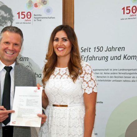 BH Platzgummer und Gewerbereferentin Santer präsentieren das Programm des Tags der offenen Tür und freuen sich auf zahlreiche BesucherInnen. Foto: Land Tirol