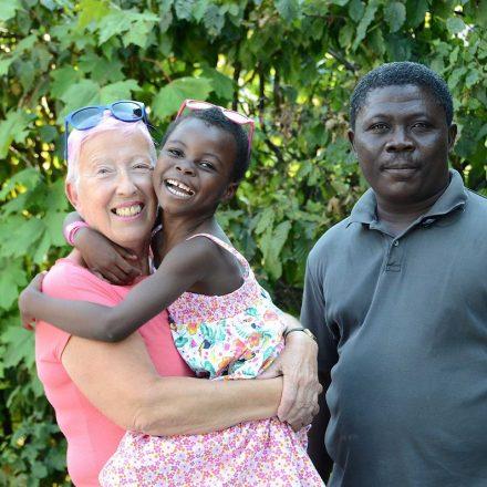 Die kleine Mary fühlt sich sichtlich wohl bei Elisabeth Cerwenka. Rechts im Bild Begleiter Samuel. Foto: Nageler