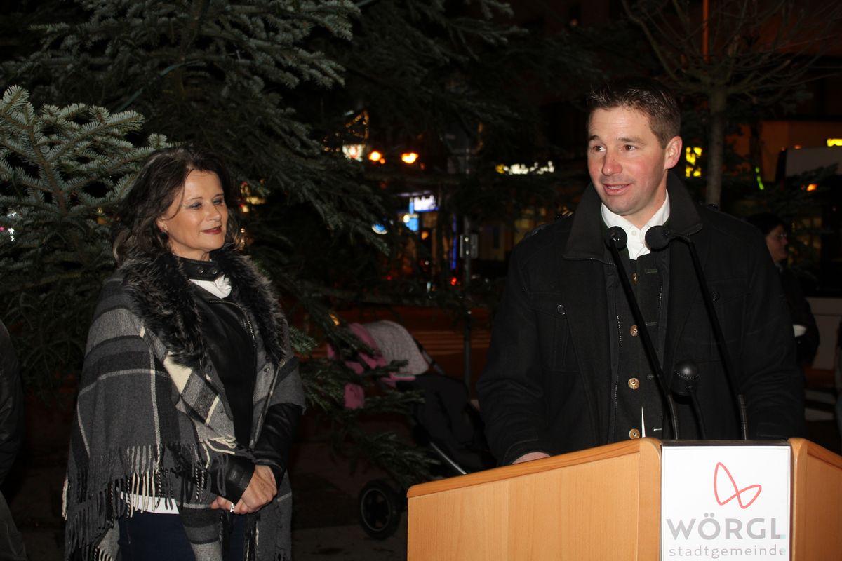 Christbaumfeier am Wörgler Bahnhofsplatz - v.l. Bürgermeisterin Hedi Wechner und Bürgermeister Josef Kahn von Itter.
