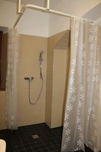 Auf durchschnittlich fünf Personen kommt eine Dusche.