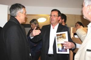 Roland Ponholzer erläuterte bei der Hausführung die Umbauarbeiten.