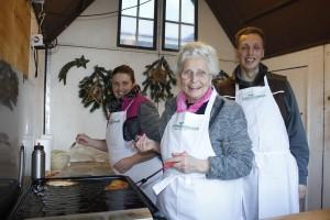Wieder mit dem Krapfenstandl am Wörgler Christkindlmarkt: die Familie des Wörgler Schwoicherbauern.