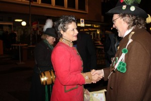 Schützenhauptmann Gemeinderat Manfred Mohn gratulierte Bgm. Hedi Wechner zum 60er.