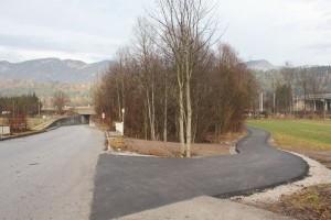 Die Trasse des neu asphaltierten Radweges mündet in die Gewerbegebiet-Zufahrt - hier quert der Radweg zur Weiterfahrt nach Kundl.