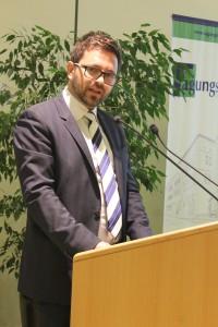 Alexander Maier vom Amt der Tiroler Landesregierung überbrachte die Fairtrade-Stadt-Ernennungsurkunde.