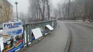 Geknickte FWL-Plakate auf der Brücke über den Wörgler Bach Nähe Seniorenheim. Foto: Wiechenthaler