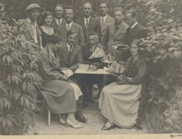 Die Freiwirtschaftsgruppe Wörgl mit Bürgermeister Michael Unterguggenberger (2.v.l.sitzend). Foto: Unterguggenberger Institut Archiv