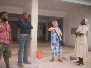 Elisabeth Cerwenka bei einer Baubesprechung mit Handwerkern und Sr. Rosalie, Leiterin der Krankenstation. Foto: privat