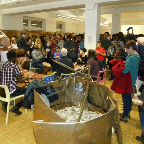 Bei der Ausstellungseröffnung im artdepot waren auch viele AsylwerberInnen dabei. Foto: Schild
