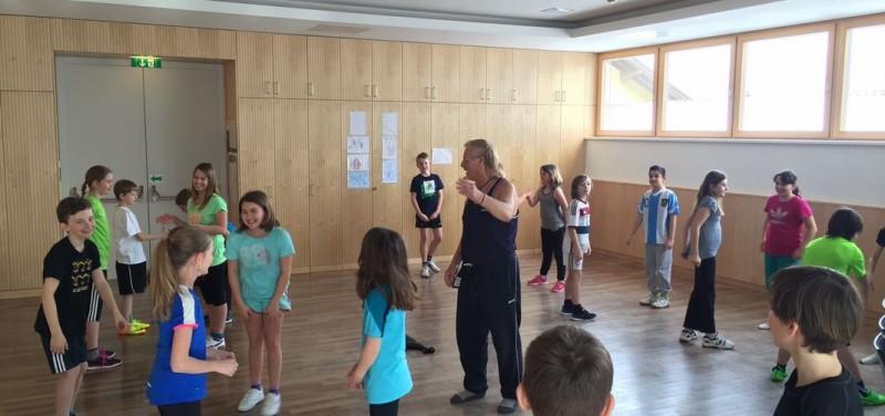 Kursleiter Christian Zangerl mit Kindern der Volksschule Kundl. Foto: Komm!unity