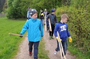 Die Budo Kids auf der Jagd nach Müll. Foto: Christian Zangerl