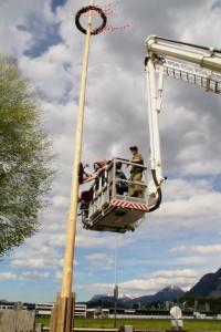 Die Freiwillige Feuerwehr Wörgl assistierte mit dem Hubsteiger beim Anbringen der Holztafel. Foto: Wilhelm Maier