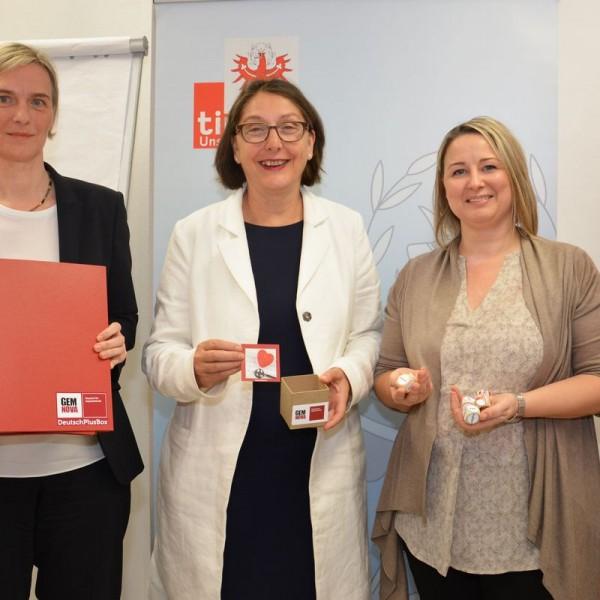 Sabine Kroneder, LRin Christine Baur und Alexandra Leitner präsentieren die Unterrichtsmaterialien der Deutschkurse für AsylwerberInnen. Foto: Land Tirol/Steiner