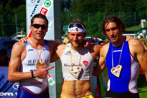 Kam nach Kirchbichl, wann immer es möglich war: Ironman Faris al Sultan (Mitte). Foto: Triathlon-Verein Kirchbichl
