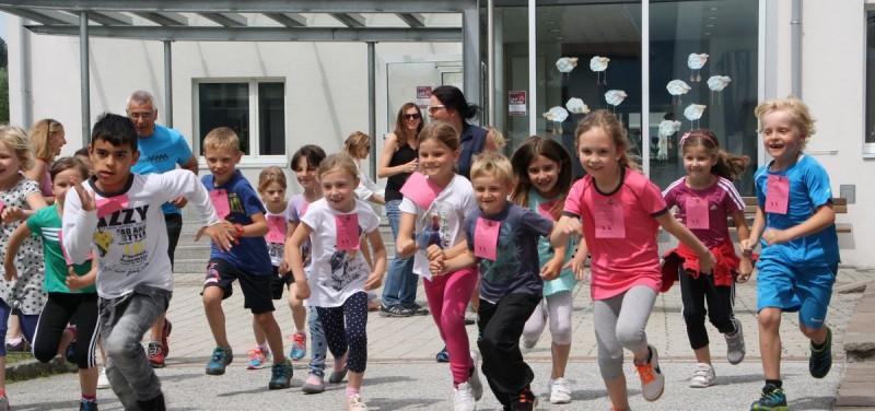 Am 20. Juni nehmen die SchülerInnen der VS Bruckhäusl wieder an der Aktion LaufWunder der youngCaritas teil und spenden Geld für notleidende Menschen in der Region. Foto: Caritas Salzburg
