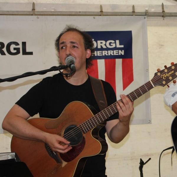 David Mana tritt beim Fest der Menschlichkeit in Breitenbach auf.