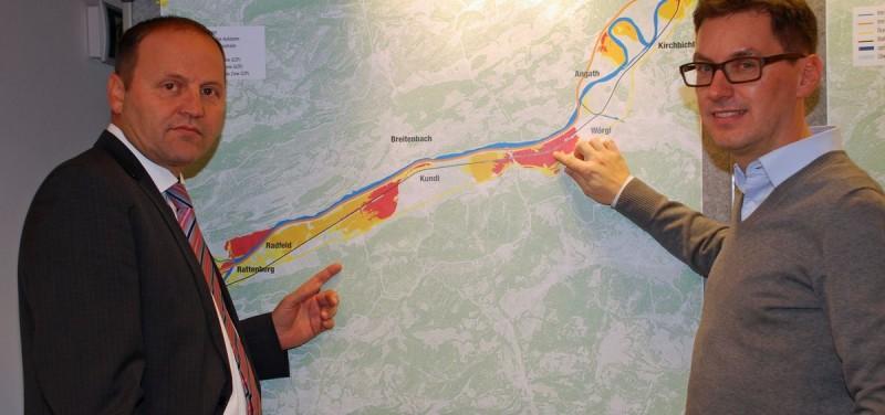 LHStv Josef Geisler (links) und Gesamtprojektleiter Markus Federspiel von der Abt. Wasserwirtschaft vor dem Gefahrenzonenplan für das Untere Unterinntal. Foto: Land Tirol/Entstrasser-Müller