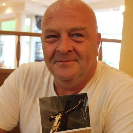 """Buchautor Mag. Andreas Madersbacher alias Malte Alsen mit seinem zweiten Roman """"Der Folterknecht Gottes"""". Foto: Veronika Spielbichler"""