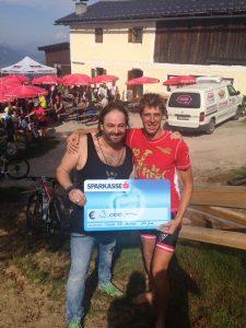 Spendenübergabe: Der Extremsportler Alex Gindu (rechts) mit Hari Hotter von der Sozialinitiative Wörgler für Wörgler. Foto: Facebook