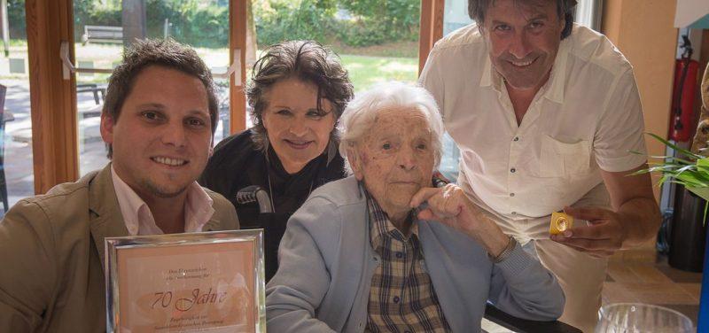 Gratulation zum Jubiläum - v.l. GR Christian Kovacevic, Bgm. Hedi Wechner, Aloisia Leitner und Ingo Mayr. Foto: Hannes Mallaun.