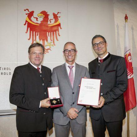 Dr. Norbert Wolf (Bild Mitte) erhielt das Verdienstkreuz des Landes Tirol von LH Günther Platter (links) und LH Arno Kompatscher (rechts). Foto: Land Tirol/Die Fotografen