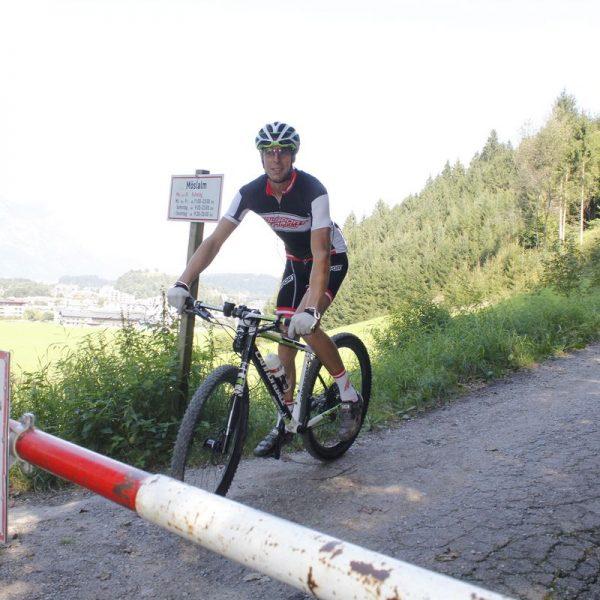 Alex Gindu bei seiner 24-Stunden-Möslalm-Challenge nach der ersten Downhill-Passage beim Start am Freitag. Foto: Veronika Spielbichler