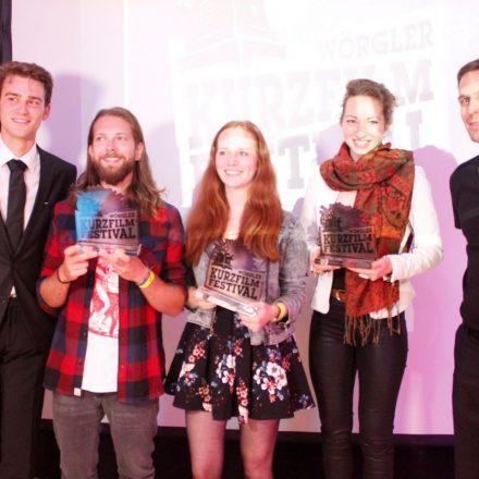 Die glücklichen Preisträger des 4. Wörgler Kurzfilmfestivals - v.l. Stefan Ringler für Heimschnee - Ballooning, Linda Gschwentner für Barstool Tune und Regina Speiseder für Störgeräusch.