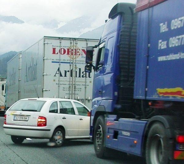 Gegen den Lkw-Stau nach den Feiertagen auf der Inntal- und Brennerautobahn fordert das Transitforum Tirol jetzt eine Blockabfertigung. Foto: Transitforum.
