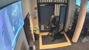 Bild aus der Überwachungskamera beim Raubüberfall auf das Admiral Wettbüro in Wörgl am 18.11.2016. Foto: Landespolizeidirektion Tirol