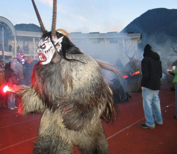 2006 fand erstmals im Wörgler Sportzentrum ein Perchtentreff statt. Foto: Veronika Spielbichler