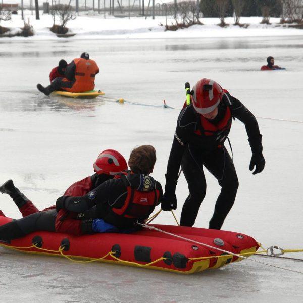 Eisrettungsübung im Strandbad Kirchbichl für fünf Feuerwehren. Foto: Wilhelm Maier