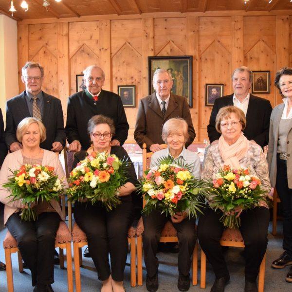 Die Jubelhochzeitspaare mit BH Dr. Christoph Platzgummer (links) und Bgm. Hedi Wechner (rechts). Foto: Melanie Haberl