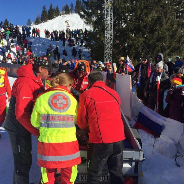 Sanitäter bei der Versorgung eines Verletzten im Gelände. Foto: Samariterbund Tirol
