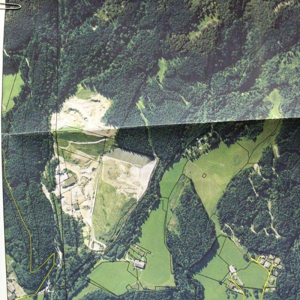 Luftbild des Schotterabbaugebietes am Riederberg – die Aushubdeponie ist im südlichsten Bereich geplant. Luftbild: Farb-Ortho-Foto Land Tirol 2004