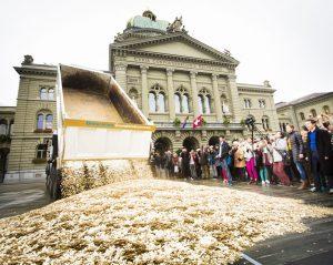FOTO: STEFAN BOHRER; ORT: BERN 04.10.2013: AKTION AUF DEM BUNDESPLATZ IN BERN.
