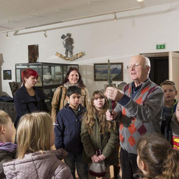 Wörgls Museumsführer Hans Gwiggner gibt sein umfangreiches Geschichtswissen gerne weiter. Foto: Hannes Dabernig