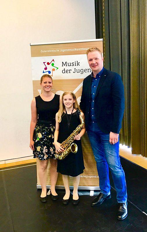 Michaela Niedermair erspielte sich einen 2. Preis, hier im Bild mit Korrepetitorin K. Frank und ihrem Lehrer Peter Schrattenthaler. Foto LMS Wörgl