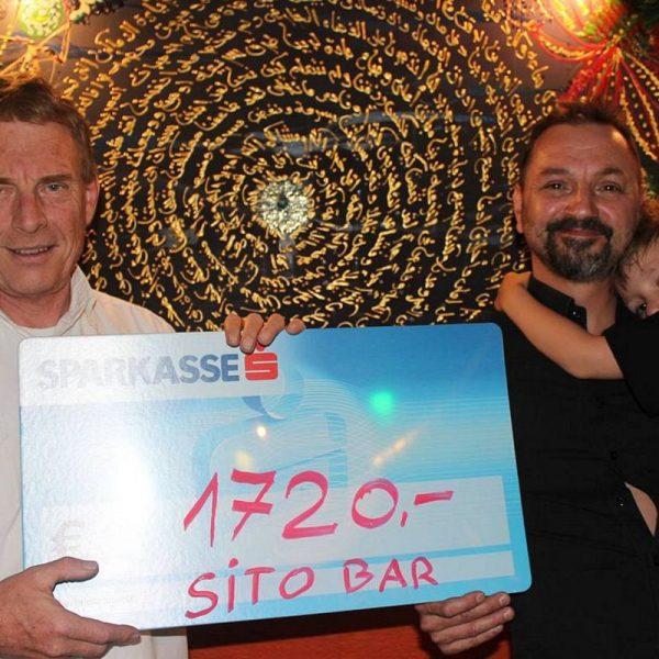 Spendenübergabe in der Sito-Bar - Sito-Wirt Silas Sailer übergab den Erlös des Bockbierfestes an Sozialreferent Mag. Walter Hohenauer (links). Foto: Wörgler für Wörgler