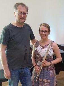 Elisa Mair freut sich mit ihrem Lehrer Hermann Unterberger über die mit ausgezeichnetem Erfolg absolvierte Abschlussprüfung. (Foto LMS Wörgl)