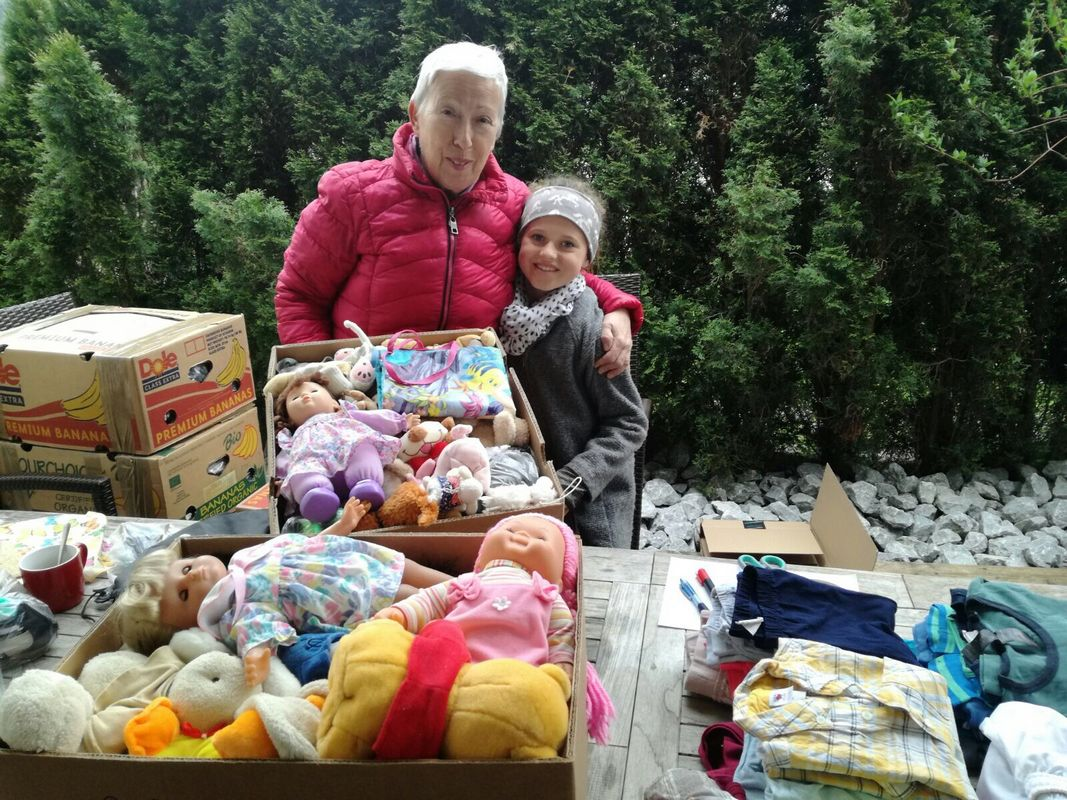 Elisabeth Cerwenka mit einer fleißigen Helferin beim Verpacken von Kleidung und Spielsachen für ihre Schützlinge in Ntronang. Foto: privat