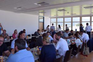 Beim gemütlichen Frühstück konnten sich die Wirtschaftstrei¬benden in lockerem Ambiente austauschen. Foto: Haberl