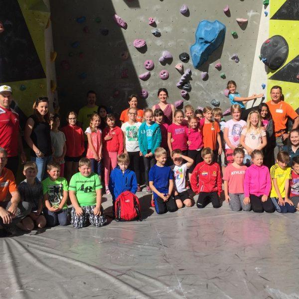 Die Kinder der Volksschule Breitenbach beim Ausflug in die Kletterhalle Wörgl. Foto: Komm!unity