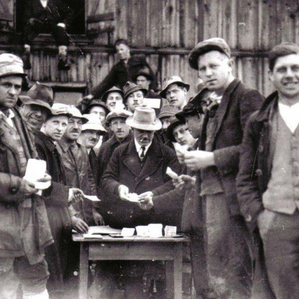 Mit dem Wörgler Freigeld setzte die Gemeinde 1932 und 1933 ein Infrastruktur-Bauprogramm um, die Arbeitslöhne wurden mit Freigeld ausbezahlt. Fotonachweis: Unterguggenberger Institut Archiv