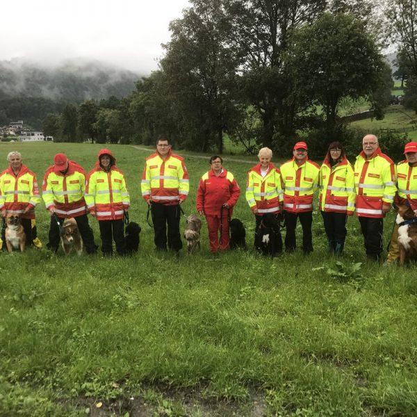 Gundula Czappek (5.v.rechts) mit ihrem Mantrailhund Amor und den SeminarteilnehmerInnen. Foto: Samariterbund Tirol