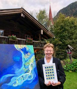 Irmi Schuler aus Wörgl mit ihrem Acryl-Bild vom Mississippi-Delta, das heuer das Publikumsvoting für die Stoffelhäusel-Briefmarke gewann. Foto: Reiter