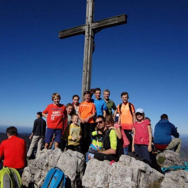 Jugendgruppe auf der Brecherspitze bei einer Herbstwanderung. Foto: ÖAV